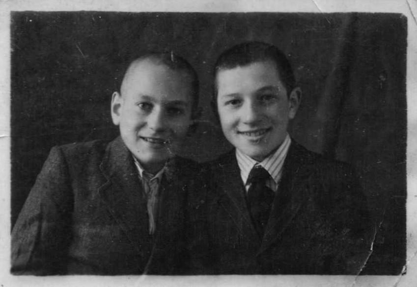 Володя Баранов (слева) и его друг детства Ваня Богданов, 1945 г.